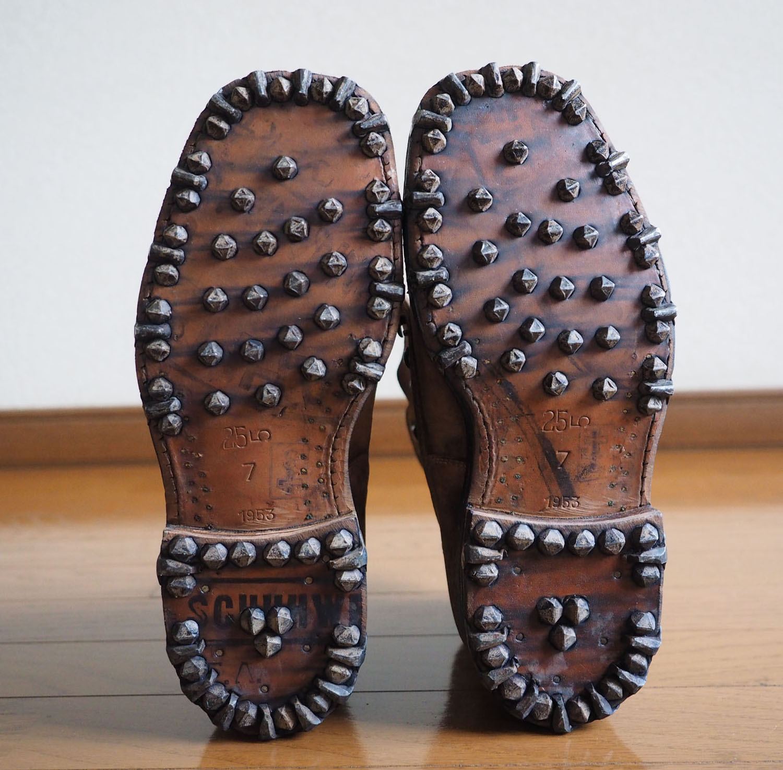 靴底にはびっしりと鋲が打ってあります。ドイツ語で靴、と何かスタンプがありますね。